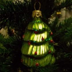Glas juletræ med pynt